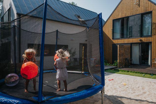 trampolina plac zabaw piasownica