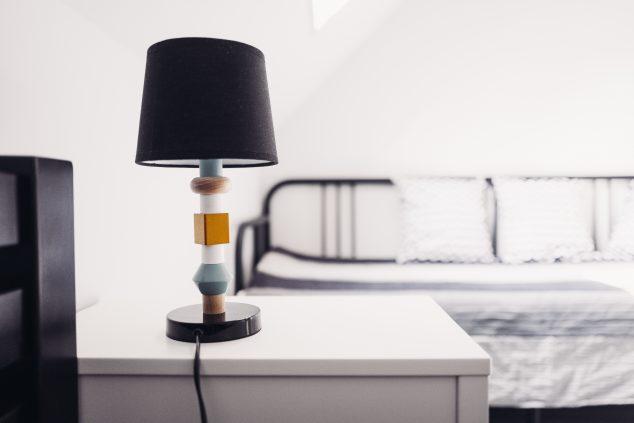 stoli i lampa nocna