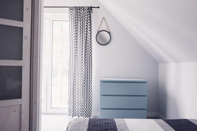 łóżko małżeńśkie komoda w sypialni